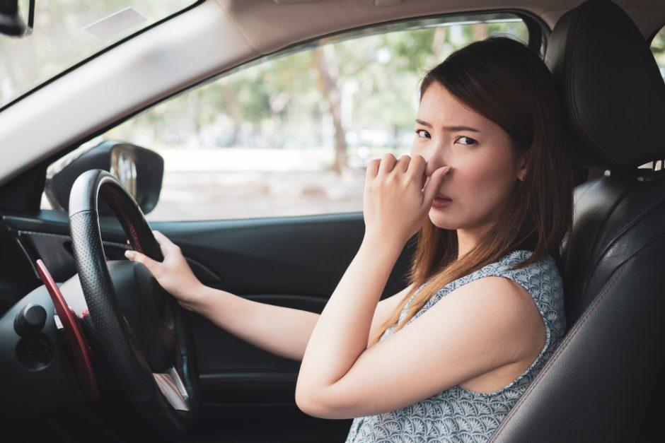 車のエアコンがガス臭い?原因と対策について