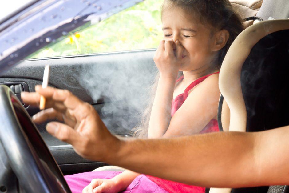カーエアコンの臭いの原因はタバコのヤニ?タバコと車内の臭いの関係とは