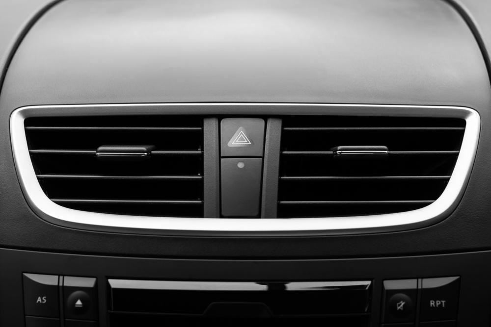 「車のエアコンがガス臭い…原因は何?」
