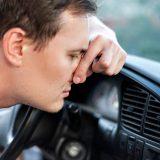 車内が焦げ臭い!臭いの発生源と対応方法について解説します