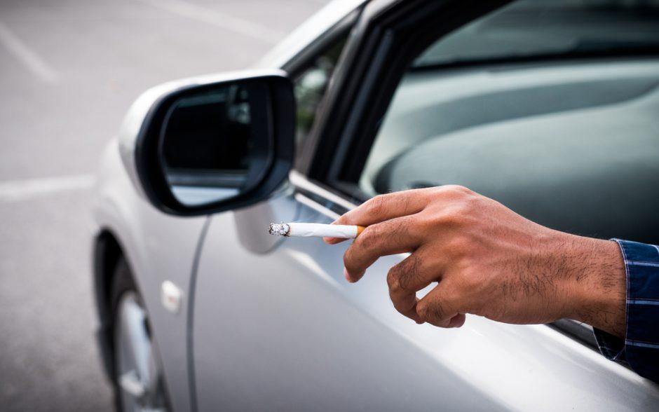 車内喫煙は車の価値を下げる!車への影響や汚れ・臭いの除去方法を解説