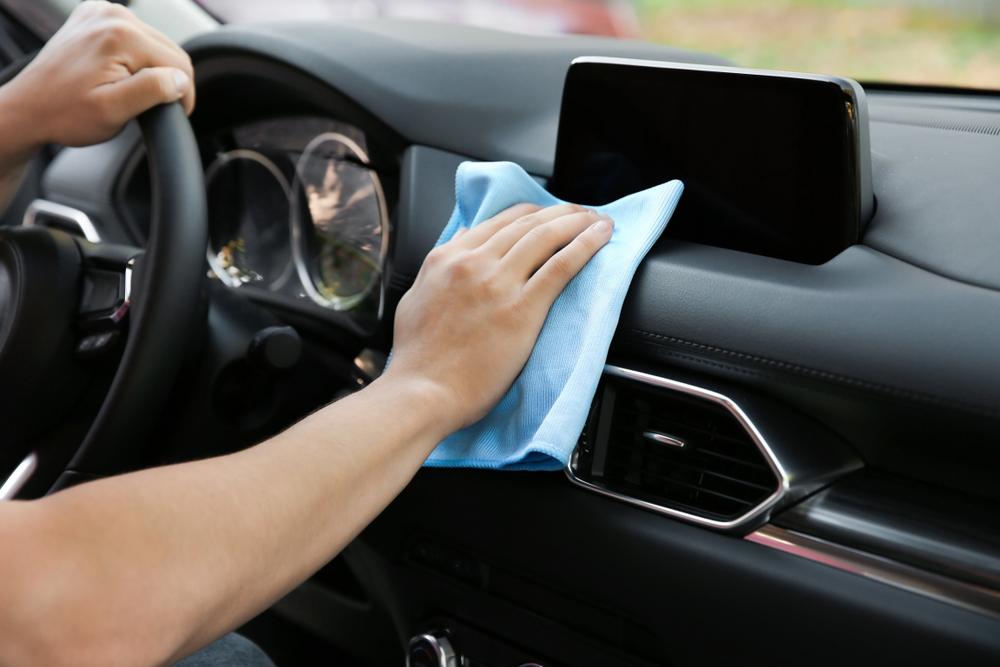 車内の泥汚れを落とす方法