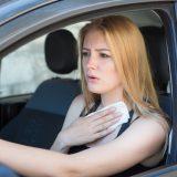カーエアコンの使用で走行中は冷える理由とは?停車中に効かない原因と対策