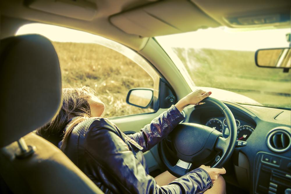 エアコンをつけた車内でも熱中症には注意が必要