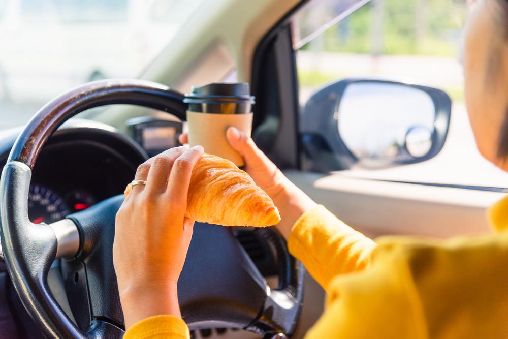 運転中の飲食は違法?