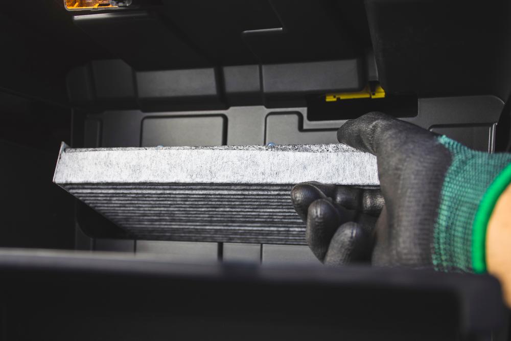 車の花粉対策で必ず行いたいエアコンフィルターの交換・洗浄