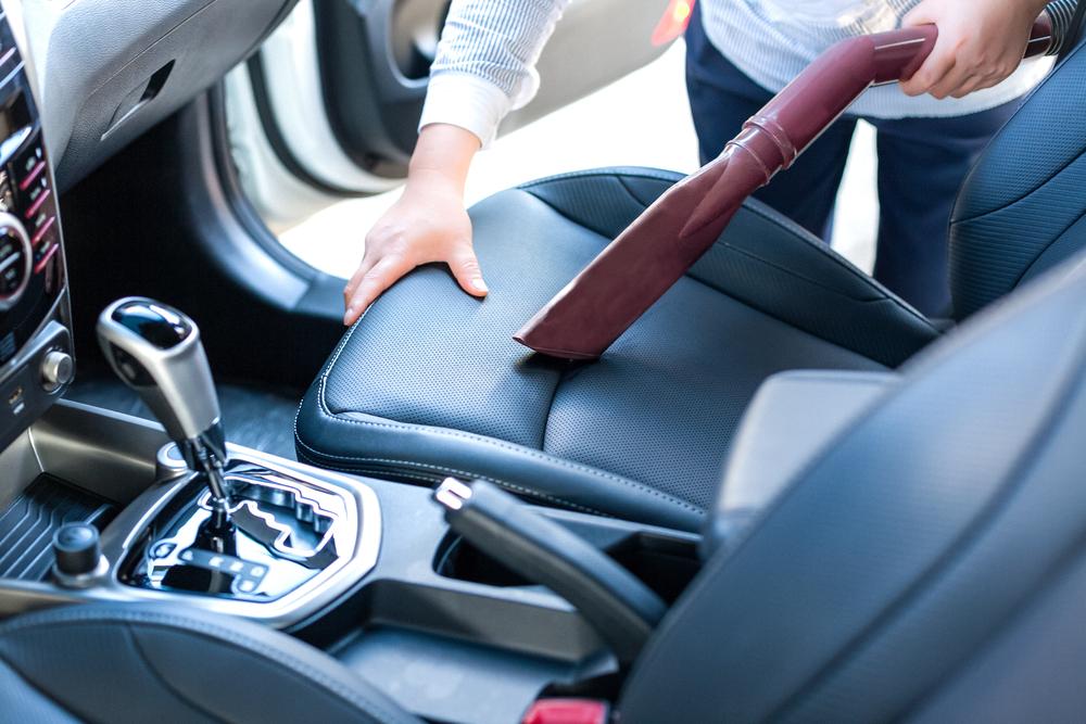 車内のホコリをきれいにとるコツと使用する掃除アイテム