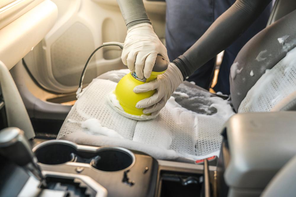 業者に依頼する車内クリーニングと費用相場